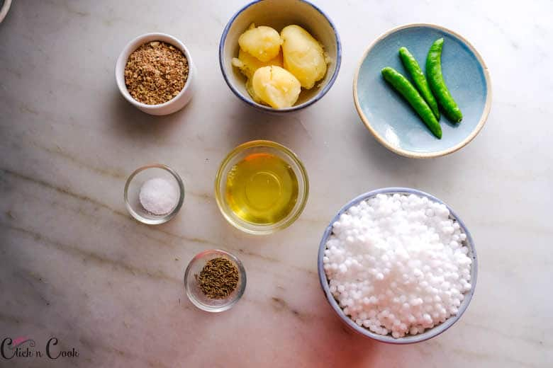 ingredients to make sabudana kichdi are taken in bowl