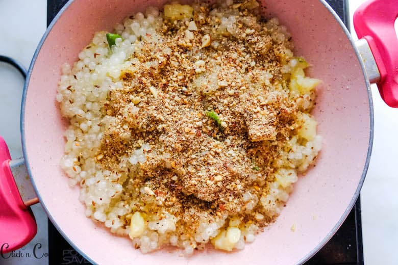 crushed peanuts are being sprinkled over sabudana kichidi