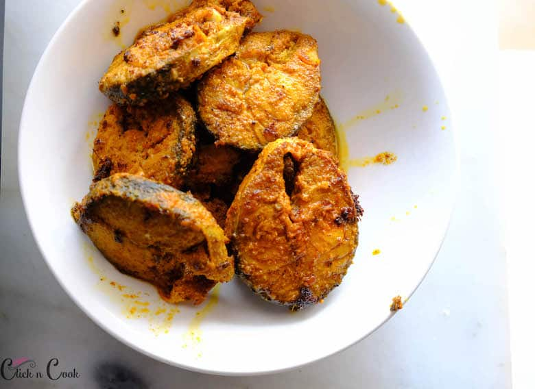 fried fishes are collected in bowl
