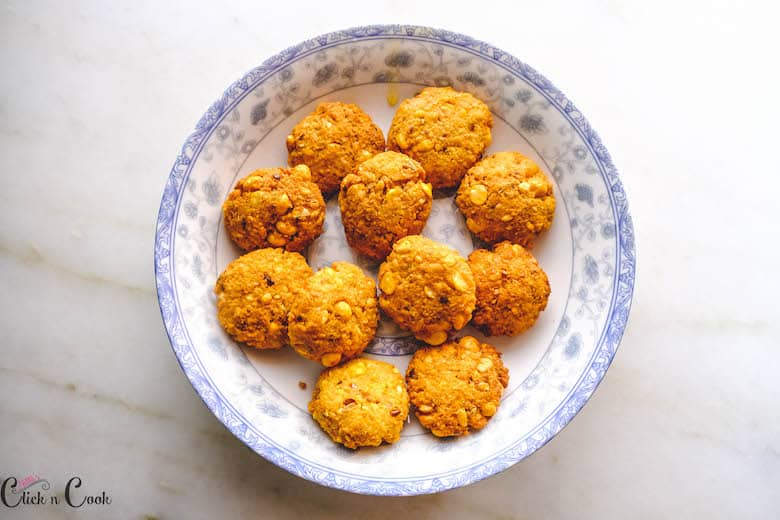 fried lentil balls are kept in plate