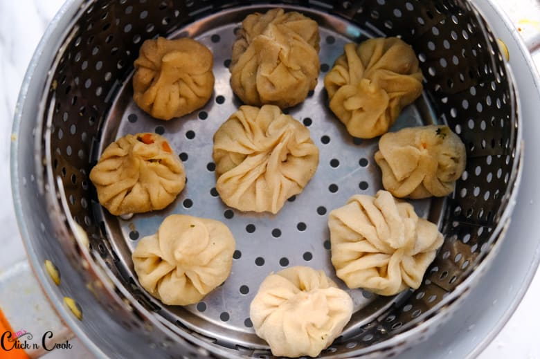 veg momos kept on the steam basket