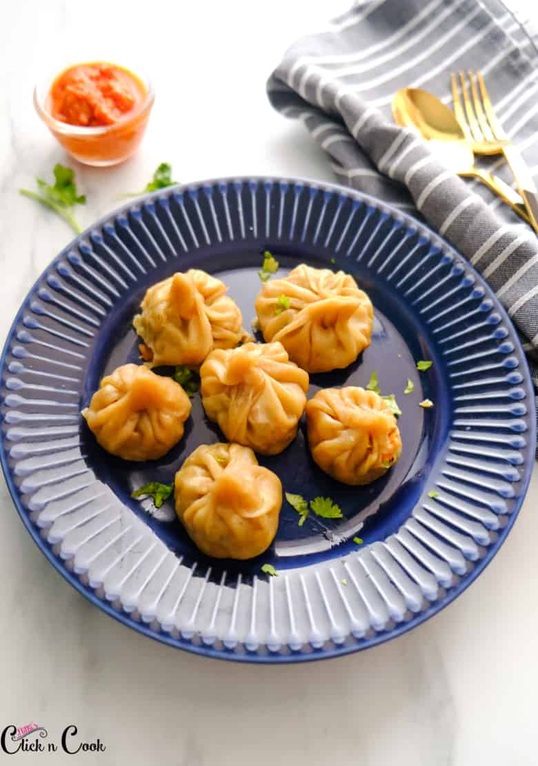 veg momos recipe are placed in blue plate