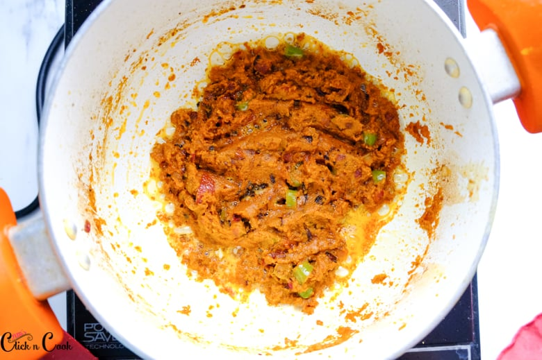 spices are cooked in sauce pan